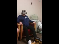 老妈第一次玩VR的爆笑囧况